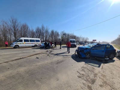 На Буковині зіткнулися дві автівки: рух ускладнено - фото