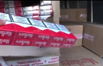 На Буковині затримали мікроавтобус, забитий сигаретами - відео