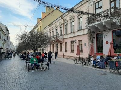 Черги до «кафешок» і відкриті літні майданчики: попри «червону» зону в центрі Чернівців велелюдно – фото