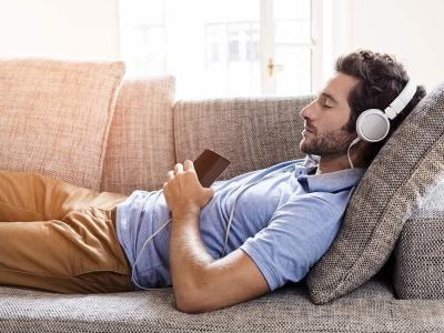 Медики розповіли, чому ні в якому разі не можна засинати під музику