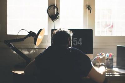 Ніколи не розпочинайте з цього свій робочий день — інакше продуктивність вам не світить