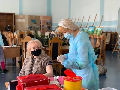 У Чернівцях розпочалася вакцинація у ЧНУ: щеплення зробив ректор