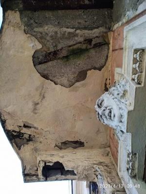 В історичному центрі Чернівців обвалився декор балкону - фото