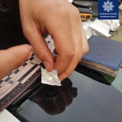 Чернівчанин хотів відправити наркотики поштою: завадила поліція - фото