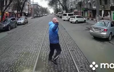 Пасажир, який не встиг на трамвай, кілька кварталів біг попереду й показував водію середній палець – відео
