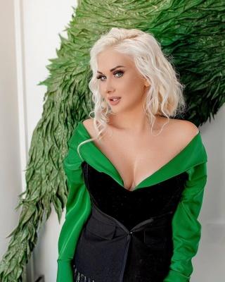 Відома співачка з Чернівців похизувалася пишним декольте у відвертій сукні