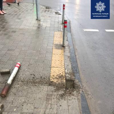 Виїхав на тротуар: у Чернівцях зіткнулося два автомобілі - фото