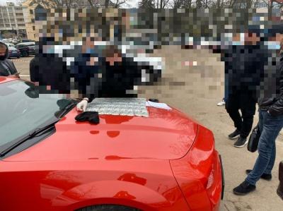 Обіцяв уникнути криміналу: на Буковині за 6000 доларів хабаря затримано адвоката