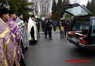 Зустріли на колінах: на Буковині відбувається прощання із загиблим бійцем - фото