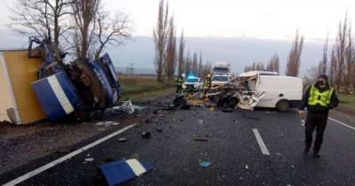 Мікроавтобус з трунами з небіжчиками зіткнувся з вантажівкою: водій загинув