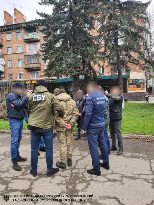 Обіцяв посприяти контрабанді: у Чернівцях на хабарі затримали прикордонника