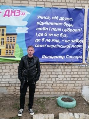 Відомий письменник розповів, як на Луганщині пташка врятувала школярів від загибелі