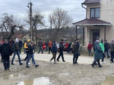 «Ми вимагаємо доріг»: село на Буковині вийшло на пікет з перекриттям вулиці – фото