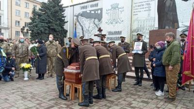 Чернівці прощаються з загиблим бійцем Олексієм Мамчієм – фото