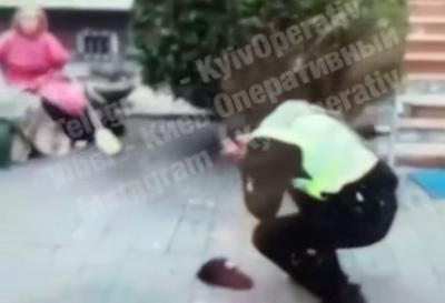 Розлючена жінка вдарила поліцейського мітлою по голові – відео