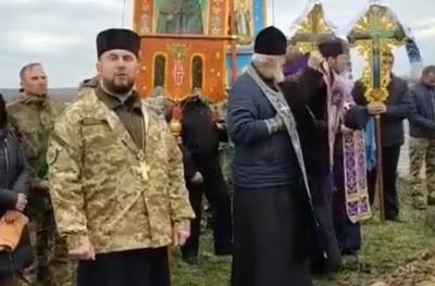 «Хто благословляв агресора?»: на Буковині священники УПЦ МП покинули похорон солдата під час промови отця ПЦУ – відео