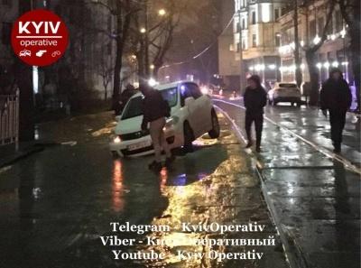 У Києві дві автівки в різних місцях одночасно провалились під асфальт – відео