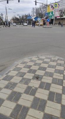 «Ще не зданий в експлуатацію, а вже нищиться»: чернівчанин опублікував фото пошкоджень на проспекті