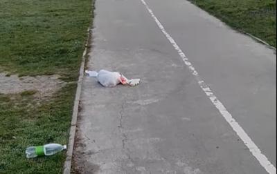 «Будьте людьми, а не свиньми»: у Чернівцях посеред тротуару розкидали сміття – відео