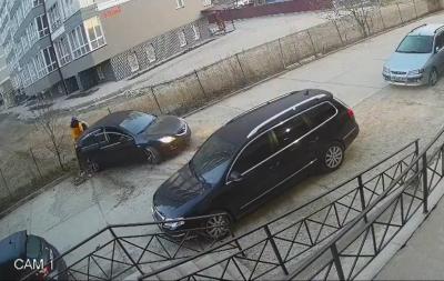 Феєрична ДТП у Чернівцях: водій протаранив паркан, врізався у легковик і ледь не роздавив свого пасажира – відео