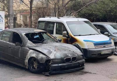 У Чернівцях посеред ночі горів BMW: постраждало також припарковане поруч авто