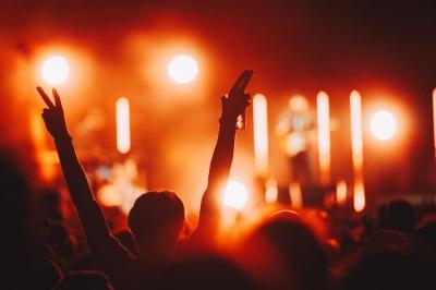 У Британії заради експерименту влаштують великий концерт без масок і дистанції