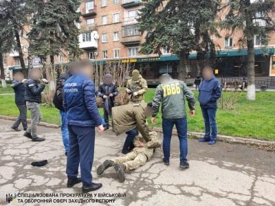 Прикордонника з Буковини, який погорів на хабарі, взяли під домашній арешт
