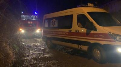 """У Чернівцях рятувальники відбуксирували автівку """"швидкої"""", яка застрягла"""