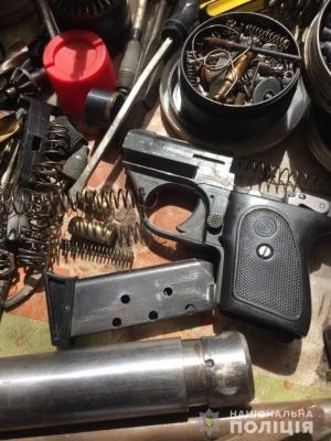 У Чернівцях затримали чоловіка, який виготовляв і продавав вогнепальну зброю