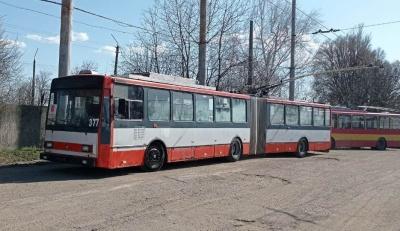 Два дні без тролейбусів: на вулиці Хотинській через ремонт дороги не їздить громадський транспорт