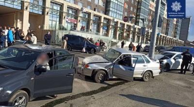 У Чернівцях у потрійній ДТП постраждали двоє людей: що відомо про їхній стан