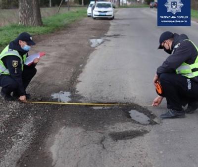 На Буковині поліцейські перевіряють ями на дорогах