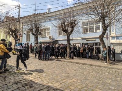 Біля консульства Румунії в Чернівцях утворилися черги - фото