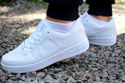Як відмити білі кросівки: кілька порад для догляду