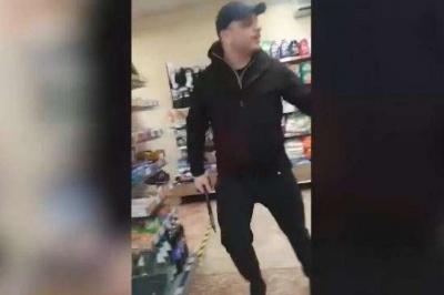 Чоловік із сокирою розніс супермаркет «АТБ» – відео