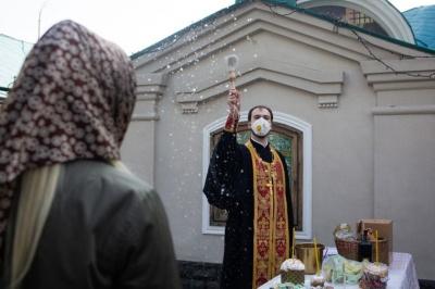 Освячувати великодні кошики у машинах: у міськраді Чернівців дали рекомендації щодо проведення богослужінь