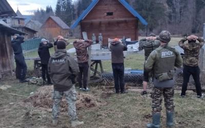 Лізли з раціями через паркан: на Буковині затримали контрабандистів - серед них дитина