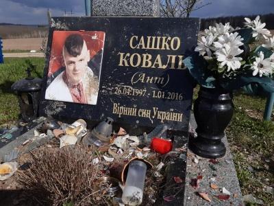 На Буковині невідомі вчинили наругу над могилою юного бійця АТО – фото