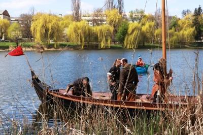 Обладунки і дух Середньовіччя: у Чернівцях на озері відкрили корабельний сезон – фото