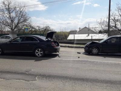 ДТП під Чернівцями: Mazda врізалась у Mercedes