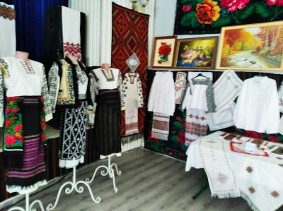 У селі на Буковині місцеві мешканці організували творчу виставку - фото