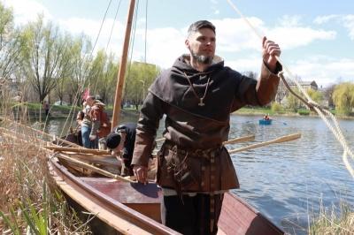 Корабельний сезон на озері у парку та сповідь батьків загиблого бійця. Головні новини минулої доби