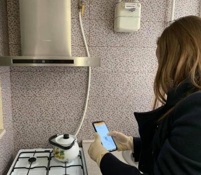 """Фотографують на мобільний: у """"Чернівцігазі"""" розповіли, як перевіряють лічильники споживачів"""