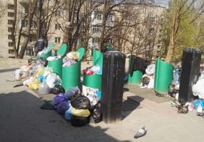 Вкрали кабель: у спальному районі Чернівців підземні смітники через поломку завалені непотребом