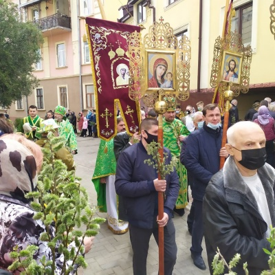 У масках, але без дистанції: як у храмах Чернівців освячують вербу - фото