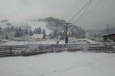 Холод не відступає: у селі на Буковині досі йде сніг – фото