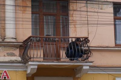У центрі Чернівців чоловік сам реставрує свій балкон