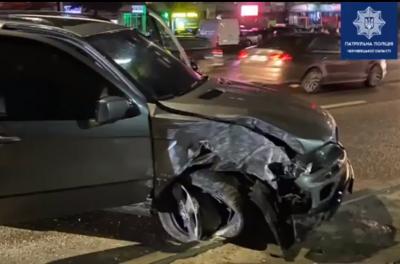 Гнав на червоне і розбив два авто: у Чернівцях затримали п'яницю на BMW-X5 - відео