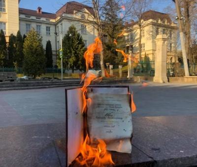 Кандидат медичних наук спалив свою дисертацію після того, як Кива отримав вчений ступінь