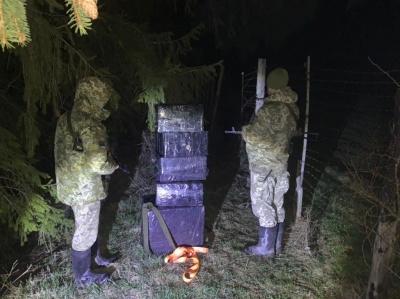Контрабандисти покинули на кордоні з Румунією велику партію цигарок - фото
